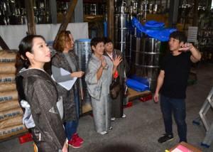 焼酎の製造工程について学ぶ参加者ら=22日、龍郷町大勝の山田酒造