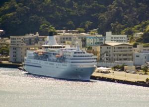 名瀬港に寄港したクルーズ船「ぱしふぃっくびいなす」=24日、奄美市