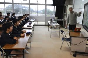 石田さんによる「地球」や「自然」をテーマにした特別授業を受ける児童ら=7日、知名町立住吉小