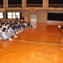 沖洲会ガイダンスで、吉田さんの話に耳を傾ける高校生ら=13日、沖永良部高校