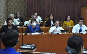 議会議場で開かれた、知名町のまちづくり町民会議=26日、同町役場