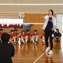 バレーボール教室でスパイクを指導する大山さん=11日、徳之島町亀津