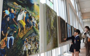 力作740点が展示されている奄美市美展=8日、奄美市名瀬の奄美文化センター