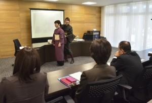 洋服を取り入れた着こなしの実演もあった大島紬勉強会=25日、奄美市役所