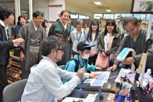 本場奄美大島紬の製作工程などを学んだ奄美大島FAMトリップ=16日、龍郷町の夢おりの郷