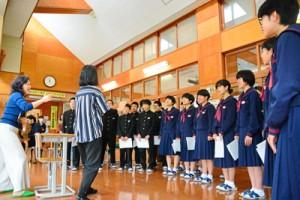 ソプラノ歌手中村かし子さん(左)の合唱指導を受ける生徒=17日、宇検村の田検中学校