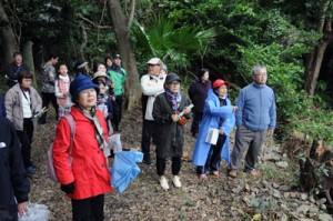 西郷が2年8カ月過ごしたとされる住居跡からの眺望を確認する参加者=9日、龍郷町
