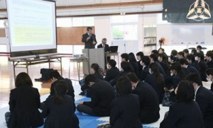 労働ルールの基礎知識などを学んだ出前授業=6日、徳之島高校