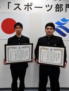 スポーツ部門で知事表彰を受けた(左から)向井さんと新島さん=4日、鹿児島市の県庁