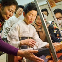 機織り体験で職人の技術を体感する参加者ら=17日、奄美市産業支援センター