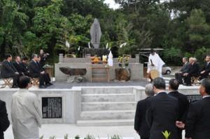 殉職者慰霊碑の整備改修完了を記念してあった式典=11日、知名町知名