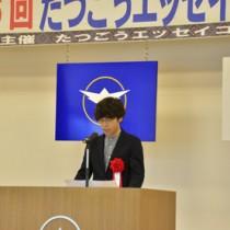 高校生・一般の部で最優秀賞を受賞した松田さん=15日、龍郷町