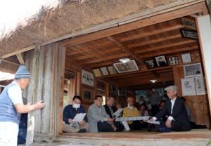 西郷隆盛ゆかりの地で地元案内人に解説を受ける荘内南洲会の会員ら=26日、龍郷町