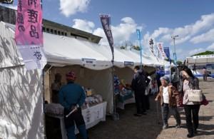 奄美群島の特産品が並ぶブース=1日、宜野湾市・ぎのわん海浜公園