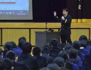 夢の実現に向けて後輩たちへアドバイスした竹山さん=8日、金久中学校