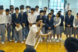 沖永良部高の校歌で生徒たちとセッションしたコウスケさん