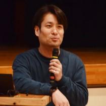 全国の地域活性化の事例について講演する山崎亮さん=16日、宇検村