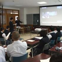 テレビ会議システムを使って尾鷲高校と遠隔会議を行う徳之島高校の生徒=26日、徳之島町徳之島高校