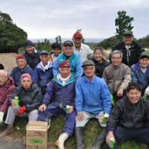 今帰仁村との友好都市締結を記念し、フクギの植樹を行った「花と緑を育む有志の会」のメンバーら=18日、和泊町