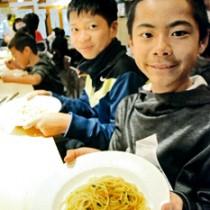 子どもたちに大人気のペペロンチーニパスタ=19日、奄美市名瀬末広町
