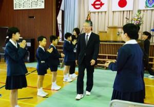 花道を通って会場を後にする桑鶴校長=25日、瀬戸内町の嘉鉄小学校