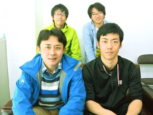 地質調査で奄美大島に訪れた(前列左から)氏家准教授、本橋さんら研究チーム=12日、南海日日新聞社