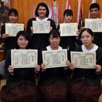 全国高校家庭科技術検定で4冠王の宮元さん(前列中央)と3冠王の生徒たち=2日、奄美市名瀬の奄美高校