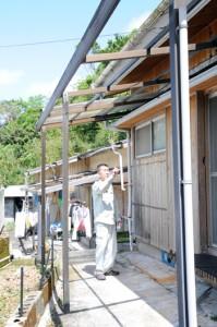 テラス屋根が飛ばされるなど被害にあった住家=29日午前11時半ごろ、奄美市名瀬佐大熊