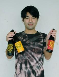 入賞した3種のクラフトビールを手に受賞を喜ぶ泰山代表=4日、瀬戸内町