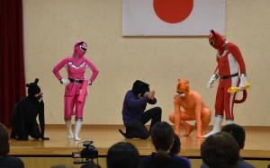 イベントで披露された精霊戦隊ネコレンジャーの寸劇=2019年12月、奄美市名瀬