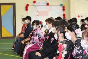 会場の外では在校生が花束や贈り物を手に卒業生を祝福した。
