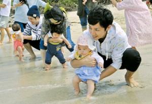 例年、海開きと併せて行われていた浜下れ行事=2019年、鹿児島県奄美市名瀬