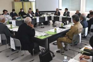 施設整備基本構想を協議した徳之島愛ランドクリーンセンターの検討委員会の会合=8日、伊仙町目手久