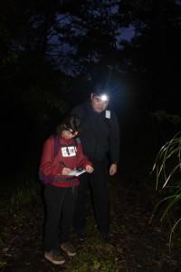 鳴き声を確認して記録する調査員=22日午前6時10分ごろ、奄美市名瀬の奄美中央林道