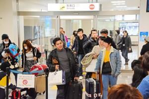 来島者でにぎわう奄美空港到着ロビー=2019年12月、奄美市笠利町