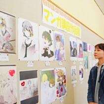 71点の力作が並ぶ合同作品展=17日、奄美市名瀬の県立奄美図書館
