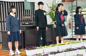 在校生と一緒に旅たちの日を斉唱する崟さん(左から2人目)と金原さん(同3人目)=12日、瀬戸内町の秋徳小中学校