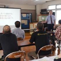しまバスの業務改善の一環で開かれた接遇研修会=23日、奄美市名瀬