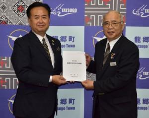 龍郷町総合戦略を策定した(右から)竹田町長と中村座長=30日、町役場