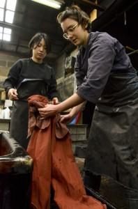 龍郷町で作品づくりに励むオランダ在住の簑島さん(左)とポリンさん=17日、龍郷町戸口の金井工芸