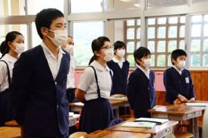 各教室で校内放送の音楽に合わせ「仰げば尊し」を合唱する児童=23日、龍郷町の大勝小学校