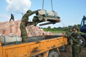 信管を抜いた後、トラックに運び込まれる米国製不発弾=25日、喜界町中里