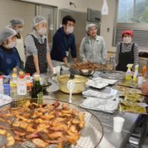 薫製やレトルトカレーなどを試作した水産加工グループメンバーら=10日、大和村
