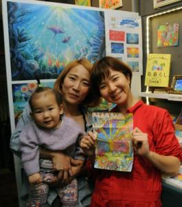 奄美の動物塗り絵を制作した(右から)ちゃずさんと新山さん親子=16日、瀬戸内町加計呂麻島