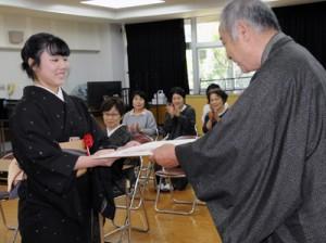 修了生に修了証書が手渡された本場奄美大島紬技術専門学院修了式=24日、奄美市名瀬