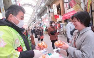 好評だった奄美産タンカンの即売会=2月28日、大阪・天神橋筋商店街