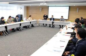 移住支援の取り組みと成果などが報告された奄美群島UIOターン支援協議会の群島協議会=17日、奄美市名瀬