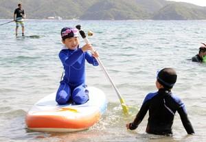 SUPを体験する子どもたち=21日、瀬戸内町清水