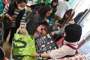 イオンプラザ大島店で行われたエコバッグの無料配布=20日、奄美市名瀬の同店