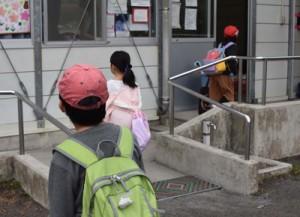 放課後児童クラブに登所する児童ら=4日、奄美市名瀬